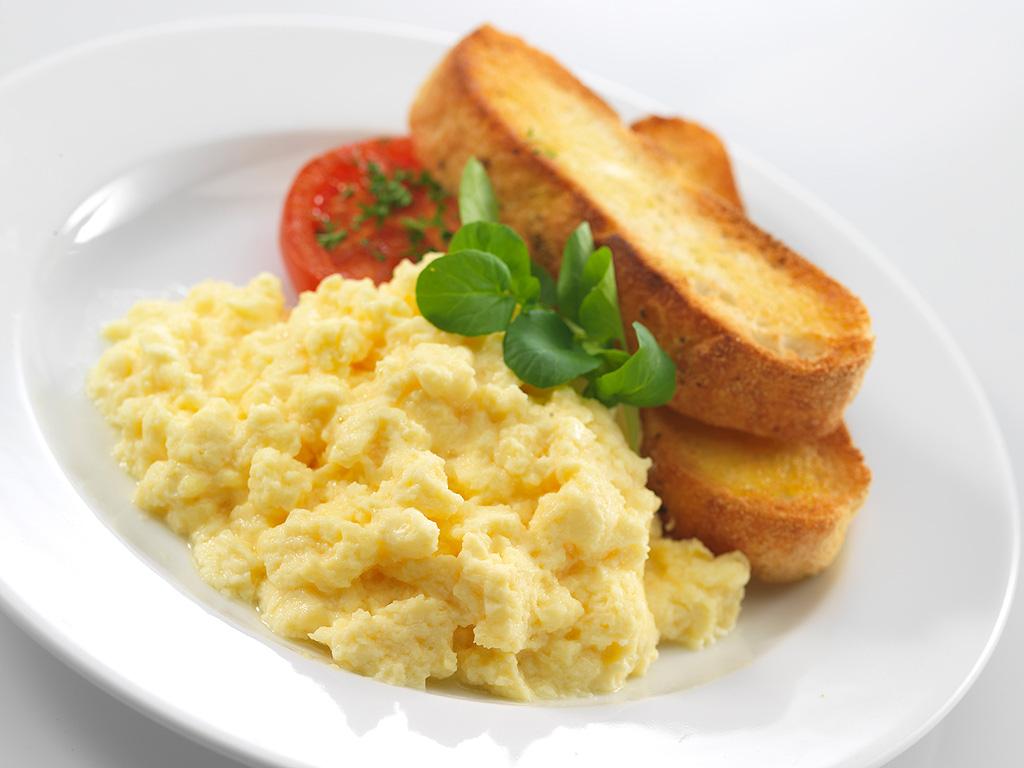 ขนมปังไส้ไข่กวน – Scrambled Eggs On Toast